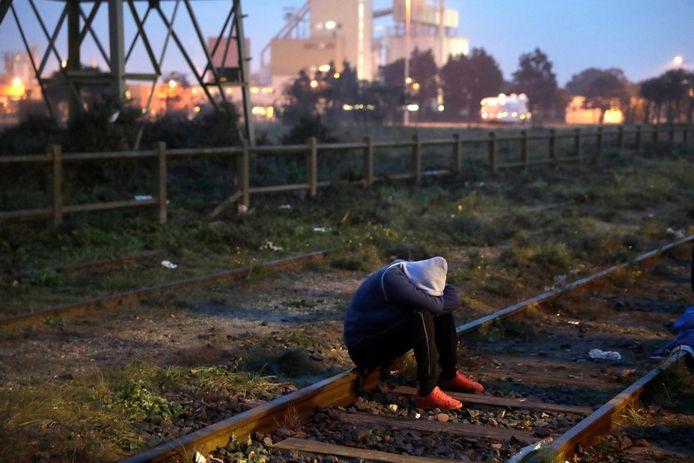 Een migrant wacht tot hij zich mag registreren.