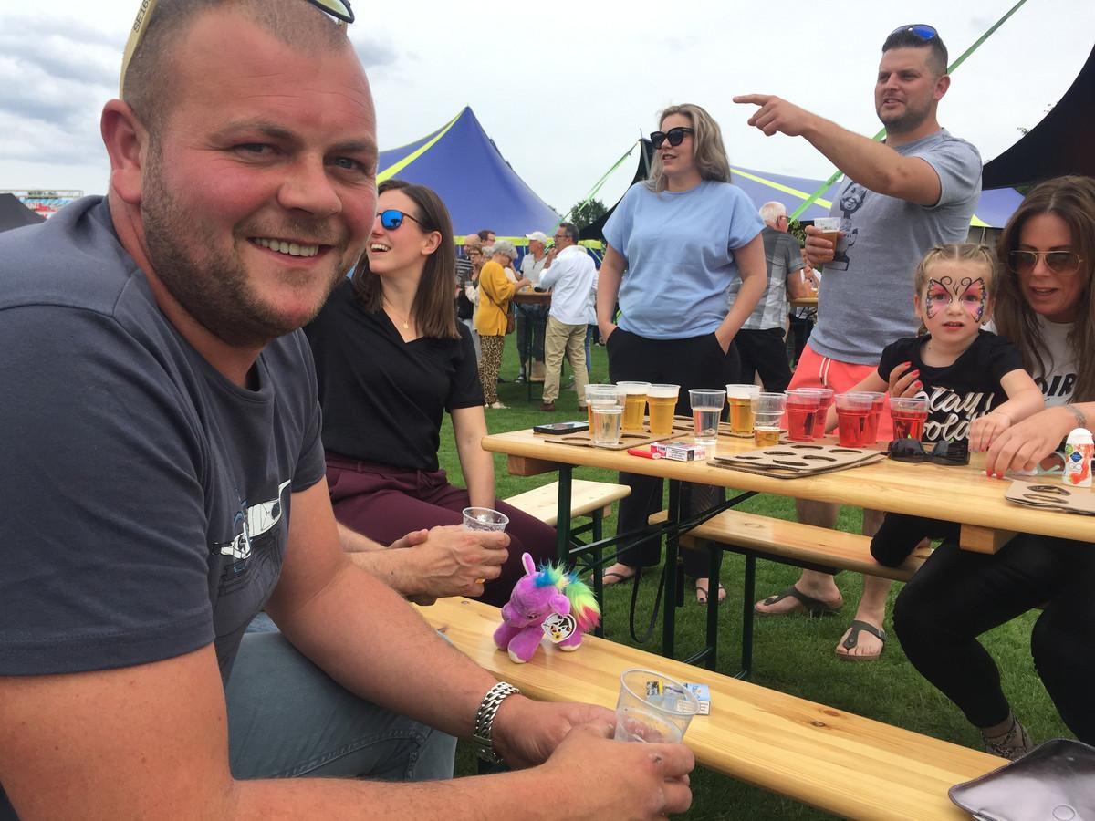 Marco Jansen uit Dongen is met zijn vriendengroep op de familiemiddag van het Moers Pinksterweekend in De Moer: een dikke prima!