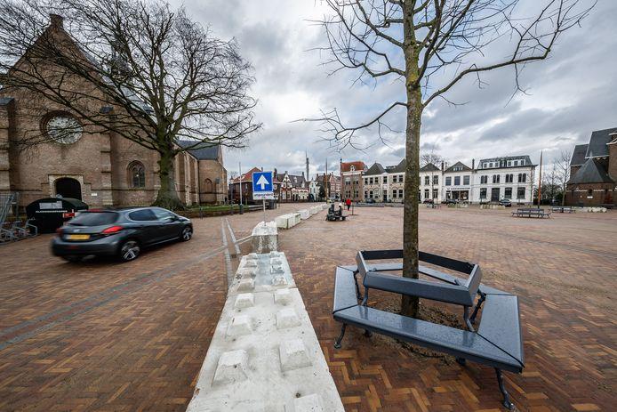 De Markt in Zevenbergen is open, ook voor autoverkeer. Maar betonblokken wijzen automobilisten tijdelijk even de juiste weg.