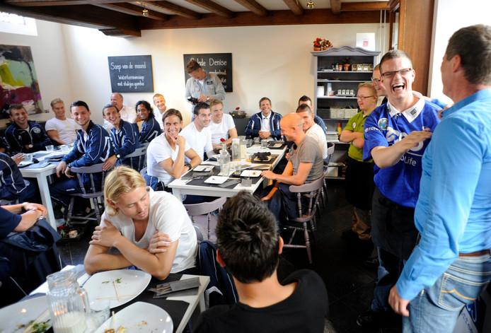 Archieffoto uit 2012 waar de voltallig selectie van FC Den Bosch aan tafel zat bij Brownies&downieS in Veghel.
