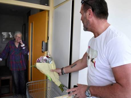 Bloemetje voor alleenstaande ouderen: fleurig boeket thuisbezorgd door John de Wolf