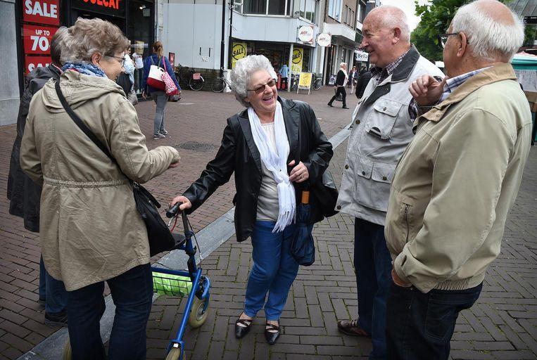 Vitale ouderen in het centrum van Oss. Beeld Marcel van den Bergh / de Volkskrant