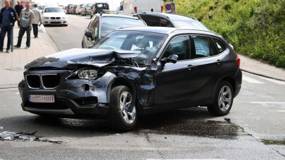 BMW knalt op vuilniswagen