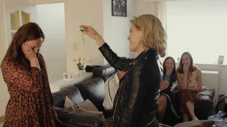 Davina is danig onder de indruk als Dina haar de sleutels van haar 'budgethuis' overhandigt.