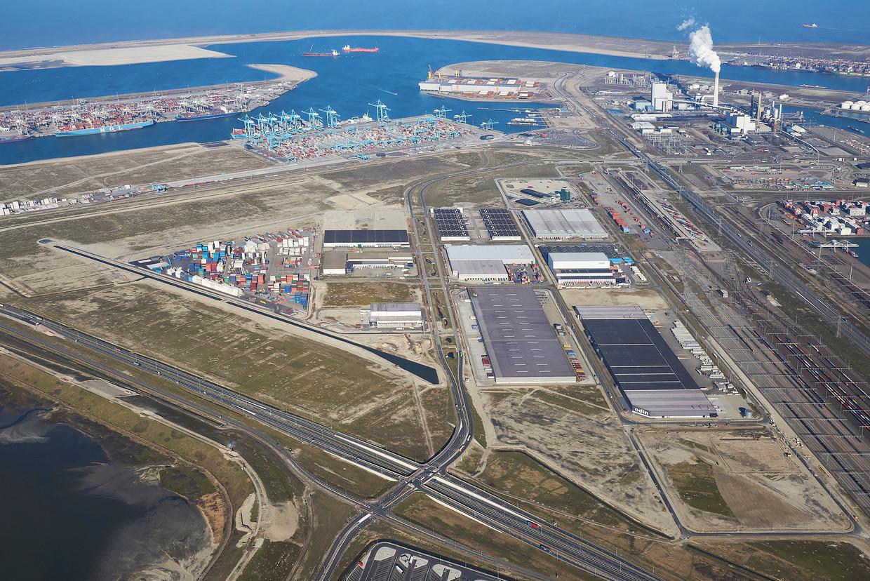 Luchtfoto van de Tweede Maasvlakte met rechts het Distributiecentrum MV2. Er is een nieuw distributiecentrum gepland bij het strand en het slibdepot de Slufter.
