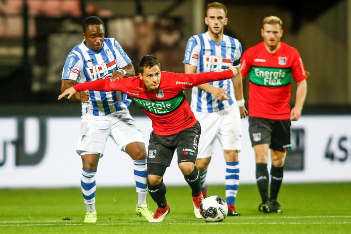 NEC' er Tom Overtoom (rechts) in duel metCharni Ekangamene van FC Eindhoven.