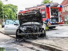 Auto vliegt in brand aan Gastelseweg in Roosendaal
