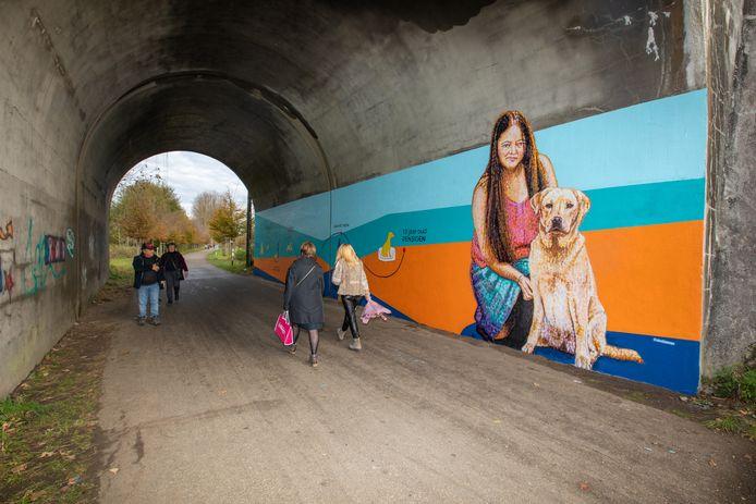 Op de muurschildering is onder meer oprichter van het Belgisch Centrum voor Geleidehonden Adeline Valkenborg te zien.