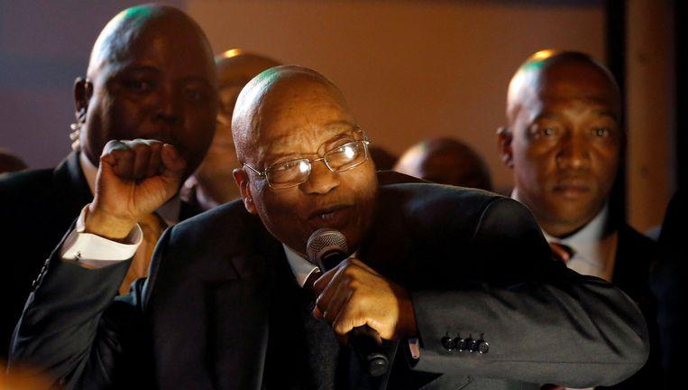 President Zuma viert dinsdagavond met aanhangers voor het parlement in Kaapstad zijn overwinning. Beeld reuters