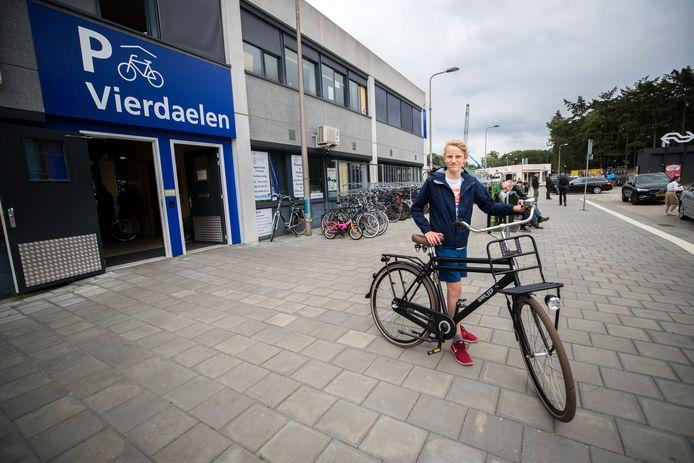 Ole Zandbergen voor de stalling waar zijn fiets een heel weekend stond.