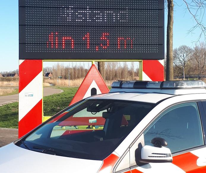 Op drukbezochte plaatsen zet de politie afgelopen weekend tekstkarren neer.