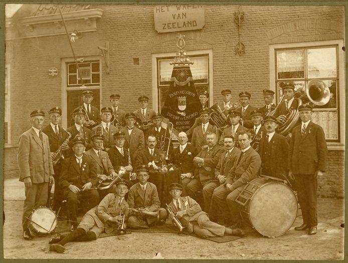 Fanfarekorps Luctor et Emergo van Renesse circa 1930, met de 15- of 16-jarige landarbeider Piet Oosterling (1914-1990) liggend links vooraan.