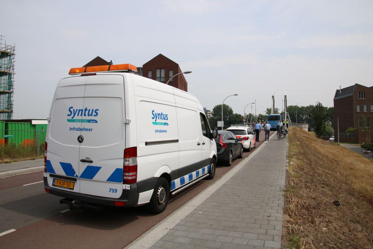 Bij de Twistvlietbrug in Zwolle heeft een aanrijding plaatsgevonden tussen een fietsster en een lijnbus.