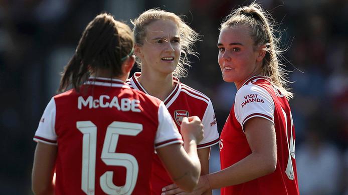 Jill Roord (rechts) schitterde vandaag namens Arsenal met een hattrick tegen Tottenham Hotspur.