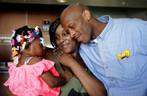 Atchison kan voor de eerste keer in zijn leven zijn eigen dochter en een nichtje in zijn armen sluiten.