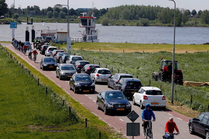 Het  wordt vast druk bij het veer tussen Herwijnen en Brakel