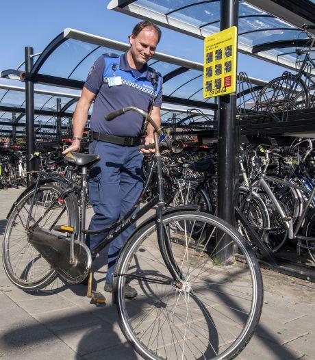 Bezem door fietsenstallingen op stations in Goor en Delden