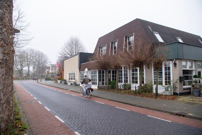 Voor het terrein van voormalig hotel-restaurant De Bokkepruik is een plan ontwikkeld voor de realisatie van vijf woningen en dertig appartementen. Omwonenden hebben kritiek op de invulling van het terrein, het gebrek aan parkeerruimte en vinden bovendien dat Hardenberg al genoeg appartementencomplexen telt.