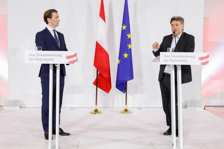 Sebastian Kurz (L) leider van de conservatieve ÖVP en Werner Kogler van de Groenen, tijdens een persconferentie in Wenen, waar de twee het coalitieakkoord presenteerden. Beeld EPA