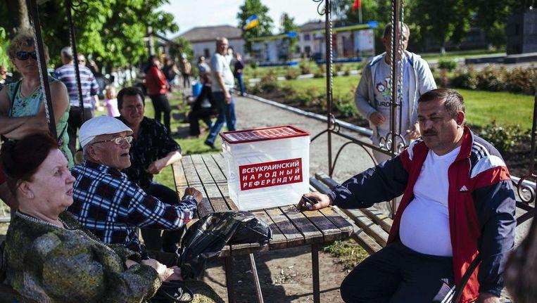 Inwoners van Svatove bij een lokaal 'mobiel stembureau'.