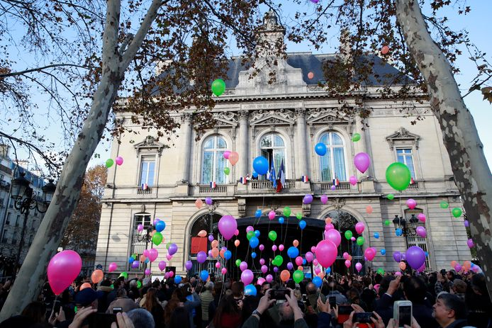 Ballonnen worden opgelaten aan het gemeentehuis van het elfde district in Parijs om de slachtoffers te herdenken.