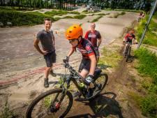 Kruisbestuiving twee Haaksbergse fietsclubs: mountainbikers trainen zij aan zij met fietscrossers