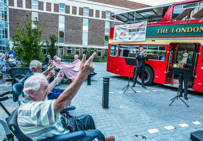 Amsterdam Brass Quintet toert langs Tilburgse zorgcentra. Op de binnenplaats van zorgcentrum Johannes Zwijsen genoten de ouderen van de blaasmuziek.