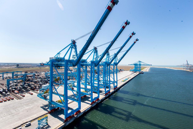 Containeroverslag op het terrein van APM Terminals op de Tweede Maasvlakte in de Rotterdamse haven.