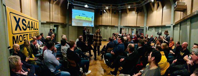 In een volle Amsterdamse Waag trapte de actiegroep 'XS4ALL moet blijven' maandagavond 28 januari de campagne tot behoud van de provider af. Dat lukte uiteindelijk niet, wél is er nu een nieuwe provider.