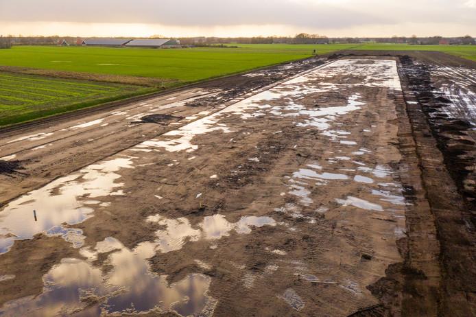 Eerste werkzaamheden bij aanleg plasdras gebied in Geesteren, initiatief waarbij boeren land afstaan dat gedurende broedseizoen onder een laagje water wordt gezet. Daardoor stijgen de overlevingskansen van jonge weidevogels.