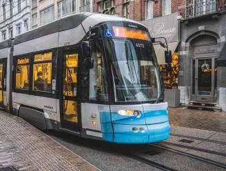 Zélfs de tram draagt een mondmasker