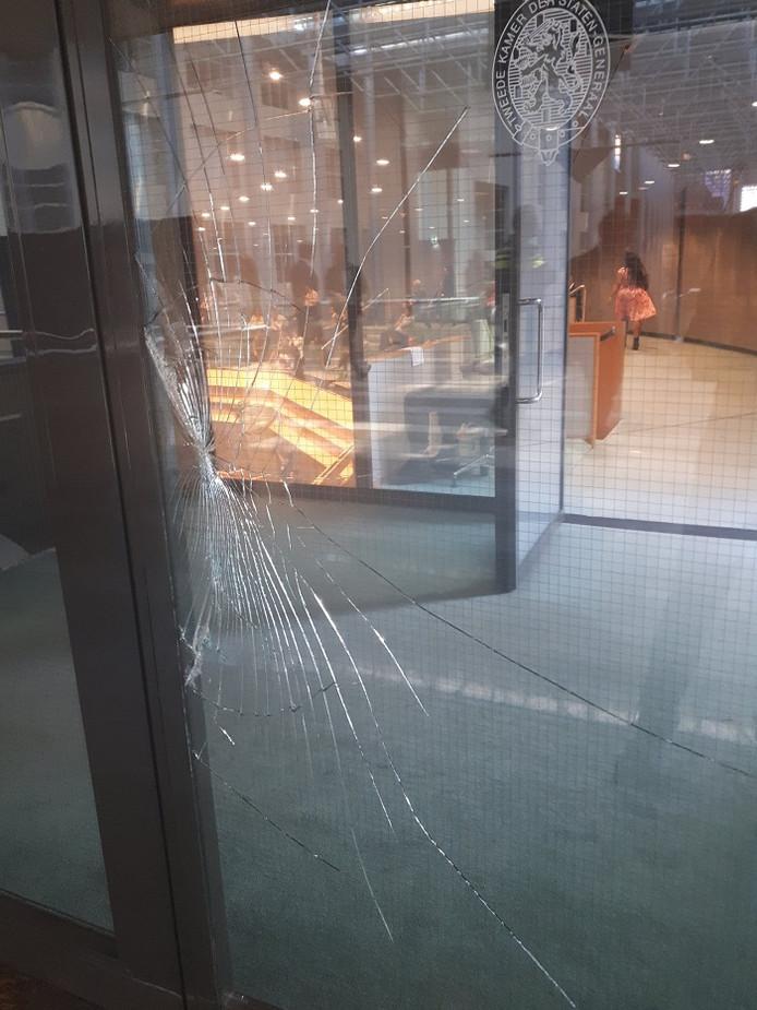 De bezoeker beweert dat het per ongeluk gebeurde maar bewakingsbeelden wijzen iets anders uit.