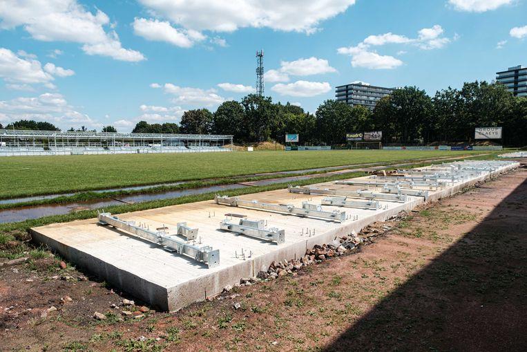 De betonnen verankering voor twee kleinere zittribunes met in totaal 324 plaatsen ligt er al.  Op de tribunes is het nog even wachten.