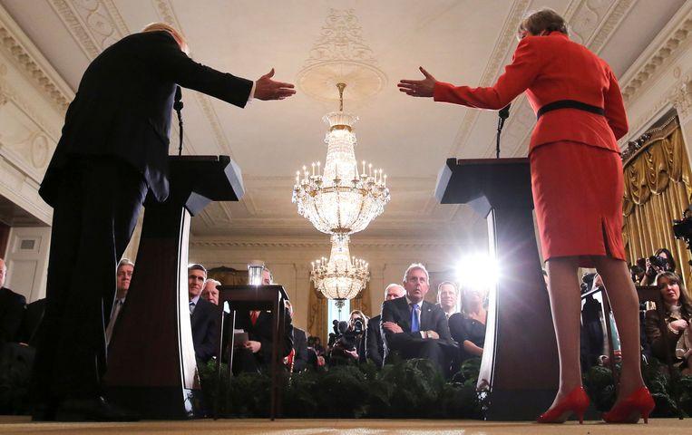De Britse ambassadeur Kim Darroch (midden, armen over elkaar) luistert in het Witte Huis in Washington naar de Amerikaanse president Trump (links) en de Britse premier May.  Beeld REUTERS
