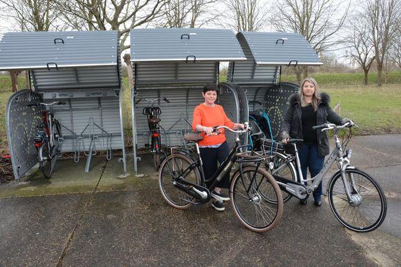 Schepen Dominique Tielens en Stephany Van Heukelkom van de dienst Toerisme mochten de nieuwe huurfietsen al eens uittesten.