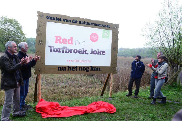 Veerle Baetens (r.) onthult samen met mensen van Natuurpunt het actiebord aan Torfbroek. Naar eigen zeggen ligt de natuur Veerle zeer na aan het hart.