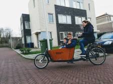 Lilian (36) scheurt met haar bakfiets door de Delftse straten met zonen Max en Tim: 'Heb acht versnellingen'