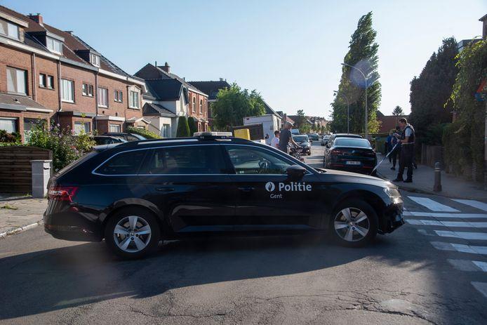 De politie zette de buurt af en speciale eenheden kwamen ter plaatse nadat een man zich verschanst had in een woning in de Peter Benoitlaan.