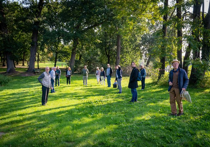Buurtbewoners (rechts Arthur Ohm) afgelopen zomer in gesprek met gemeenteraadsleden over de plannen voor het Velpse park Daalhuizen.