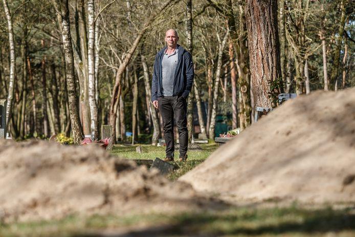 Mark Masereeuw is beheerder van de islamitische begraafplaats en hij krijgt de laatste tijd veel telefoontjes. Op de voorgrond nieuwe graven.