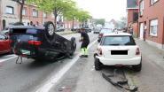 Auto komt op dak terecht nadat bestuurder tegen geparkeerd voertuig botst