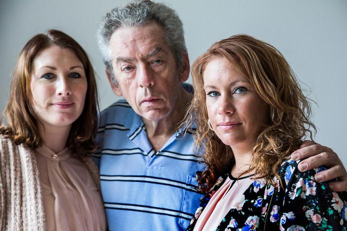 Rebecca (l) en Miranda met vader Ed. De beide zussen hopen dat het initiatief van hun moeder veel mensen inspireert zich als donor aan te melden.