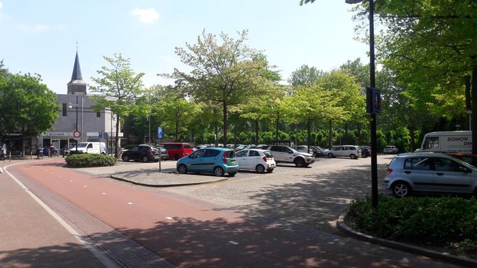 De parkeerplaats achter de winkel, aan de Dorsvlegel, moet van Lidl beter worden ingericht.