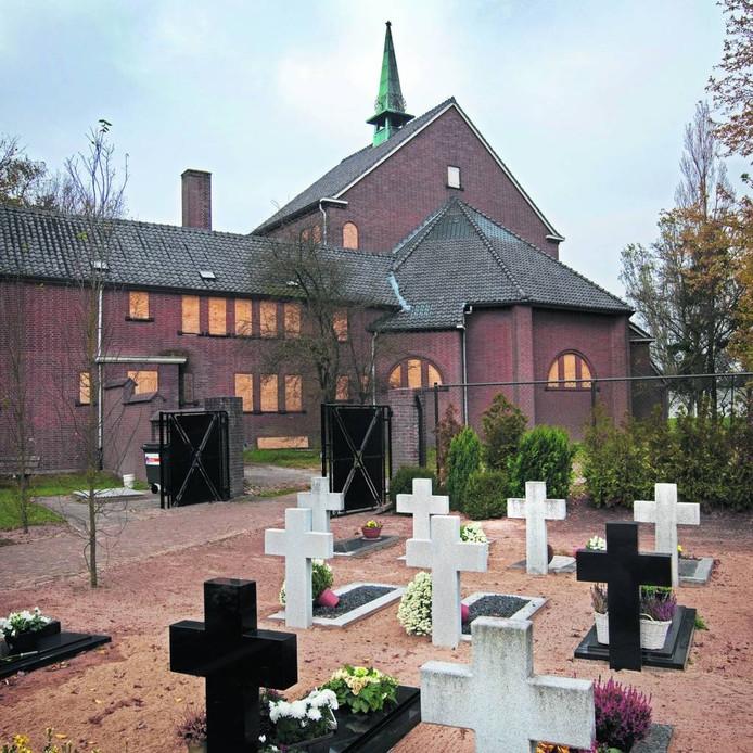 De Bernadettekerk in Maliskamp ligt er al jaren vervallen bij.