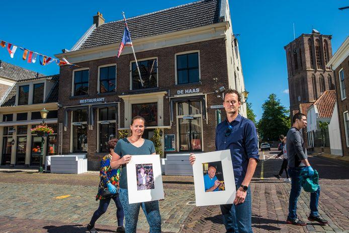 Mathilde en Gerrit-Jan Vos met foto's van hun grootouders, die 53 jaar geleden begonnen met het familiebedrijf in Elburg dat nu Restaurant De Haas heet. Door de coronacrisis hebben ze faillissement moeten aanvragen.