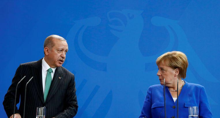 Erdogan en Merkel tijdens de persconferentie waar een journalist werd verwijderd. Beeld REUTERS