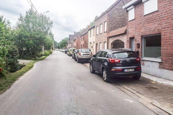 Een rij wagens deels op het voetpad. Het is veel gezien in Vlassenbroek. Na een gedoogbeleid van jaren vliegen de bestuurders nu plots op de bon.