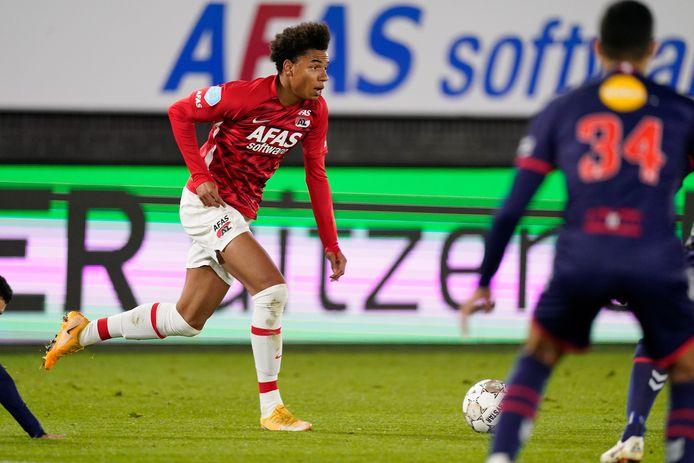 Calvin Stengs won zondag met AZ moeizaam van FC Emmen.