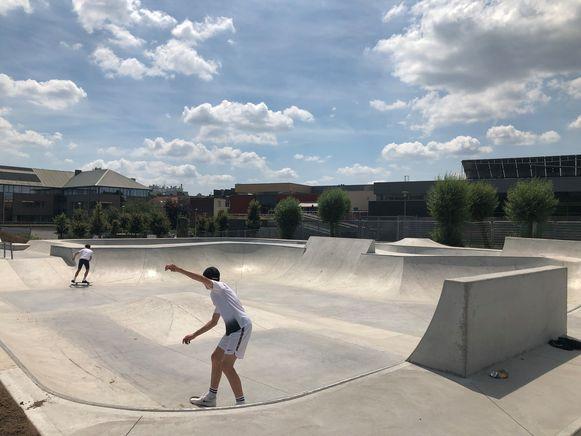 Het skatepark is nog niet helemaal afgewerkt maar dat houdt de skaters niet tegen.