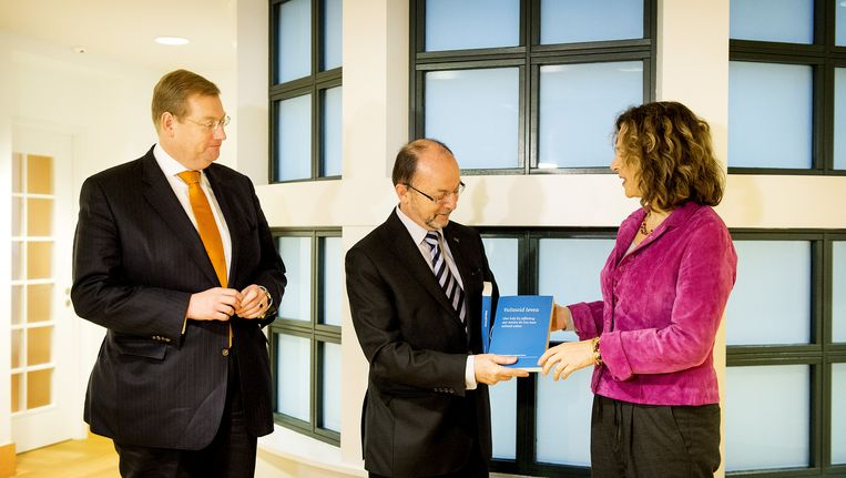 Paul Schnabel overhandigt het advies aan de minister Schippers. Beeld anp